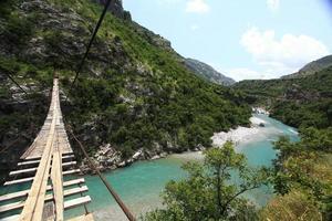 paisaje de montaña con río turbulento de montaña en la garganta foto