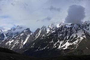 Montañas del Cáucaso cubiertas de nieve sobre Mestia, Svaneti, Georgia foto
