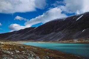 Lac avec ciel bleu - vieille route de montagne de strynefjell, Norvège