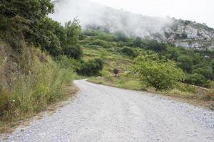 estrada rural através das montanhas