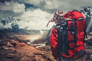 randonnée dans les montagnes de l'Himalaya. photo