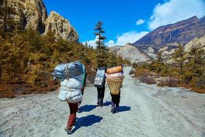 porteadores en las montañas foto