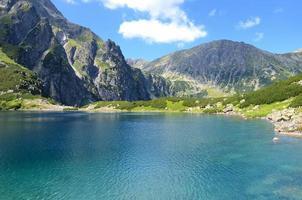 lago en las montañas foto