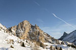 crista rochosa entre paisagem alpina de inverno ao anoitecer