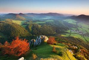 una vista dall'alto sulle montagne autunnali