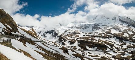 Grossglockner high-alpine road en mayo