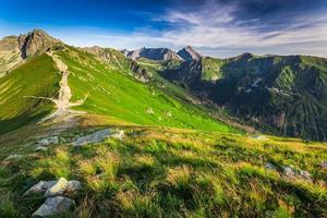 maravillosa puesta de sol en las montañas tatra en polonia foto