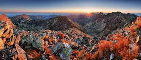 panorama da bela montanha da Eslováquia ao nascer do sol, rohace tatra