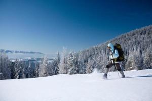 excursionista en montañas de invierno foto