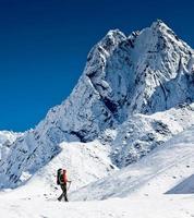 senderismo en las montañas del himalaya foto
