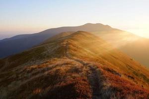 tarde de otoño en las montañas de los cárpatos
