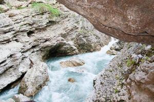 El río Belaya está en el Cáucaso occidental, Rusia. foto