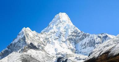 pico amadablam desde la ruta de trekking del everest foto