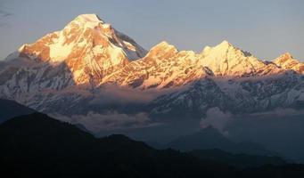 vista nocturna del monte dhaulagiri - nepal foto