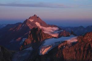 alta montaña en luz púrpura del atardecer