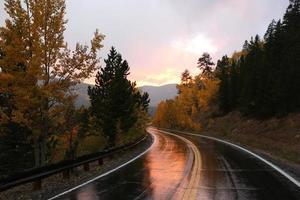 reflejo del atardecer en una carretera de montaña