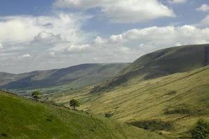 colinas verdes en el distrito de los picos, inglaterra