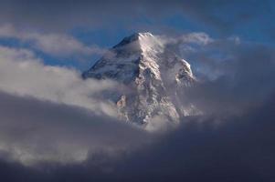 imagen brumosa de la cima de la montaña k2