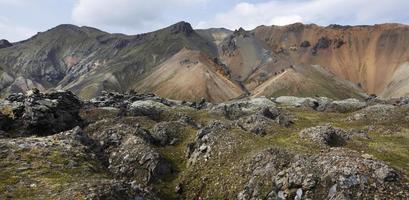 Islandia. zona sur. fjallabak. paisaje volcánico con formaciones de riolita.