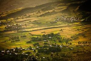 antiguo pueblo georgiano debajo de la montaña