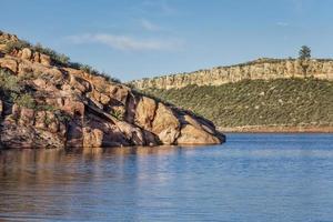 lago de montaña con acantilados de arenisca