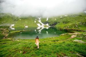 mujer en el lago de la montaña