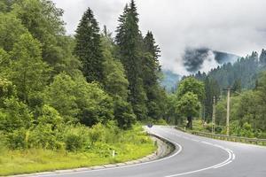camino sinuoso en las montañas