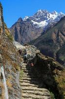 Trekker y Thamserku Peak desde la ruta del Everest Trek foto
