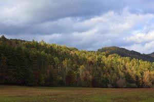 campo y montañas