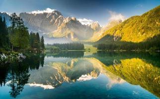 hermoso amanecer sobre el lago alpino