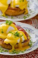 huevos benedictinos, prosciutto con salsa holandesa