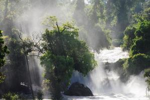 cascata con fascio di luce
