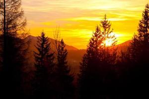 puesta de sol sobre el horizonte del paisaje de montaña