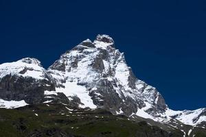 Pico de Matterhorn cubierto de nieve en los Alpes