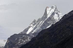 cauda de peixe ou mt.machhapuchhare na trilha de annapurna, nepal