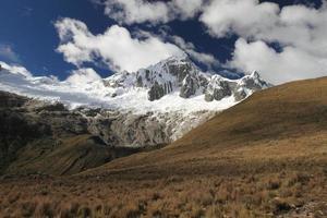 Taulliraju peak photo