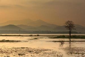 montaña y lago en tailandia foto