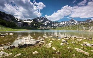 lago de montaña en la primavera