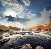 rápido río de montaña entre piedras
