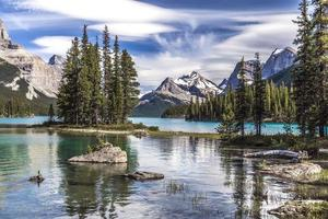 isla espiritual y las montañas
