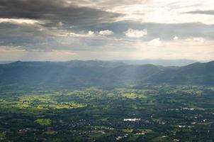 montanha e campo na tailândia