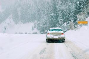 camino de montaña en tormenta de nieve foto