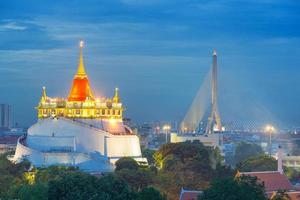 Hermoso templo (Wat Sraket) en el crepúsculo en Tailandia