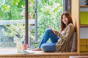 empresaria asiática trabajando en casa moderna