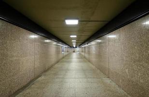long couloir de métro photo