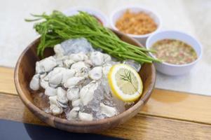 ostras frescas servidas com molho tailandês