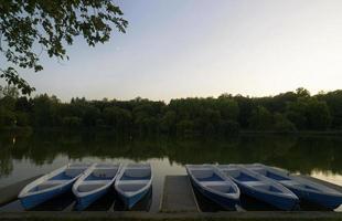 paysage avec des bateaux sur le lac dans le parc