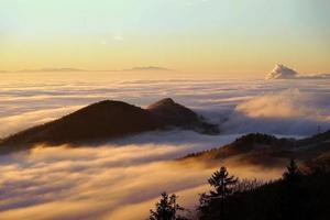 paisaje con picos de montañas y nubes