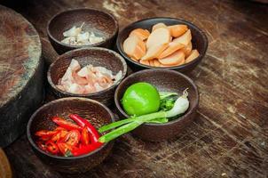 Ingrediente de alimentos crudos en taza de madera pequeña foto