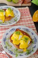 huevos benedictinos, prosciutto con salsa holandesa foto